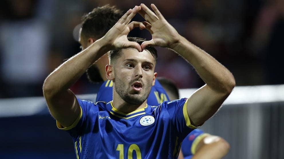 A e keni ditur, Arbër Zeneli në njërën këmbë e mban flamurin e Kosovës, në tjetrin të Shqipërisë