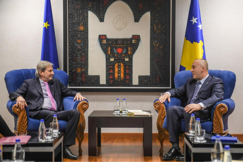 Komisioneri Hahn tregon çka bisedoi me kryeministrin Haradinaj