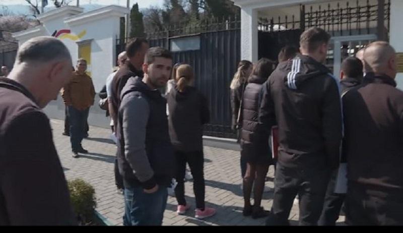 Radhë të gjata para ambasadave, vazhdon largimi nga vendi