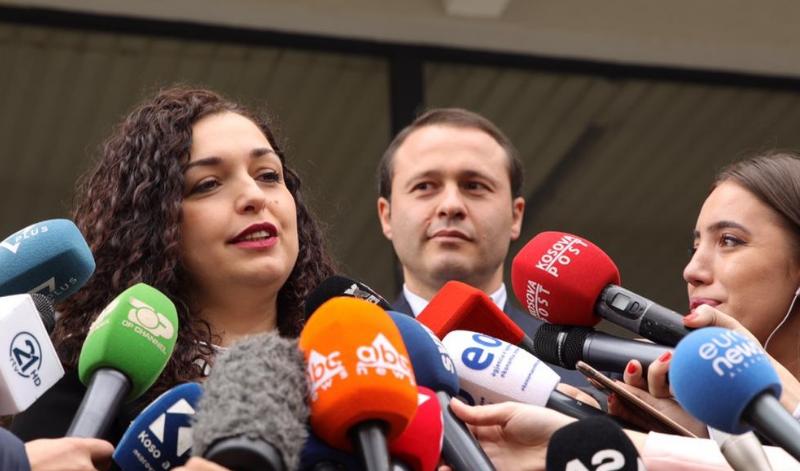 flet-burri-i-vjoses-gruaja-ime-fitoi-vota-sa-32-deputete-se-bashku-ne-kuvendin-e-kosoves